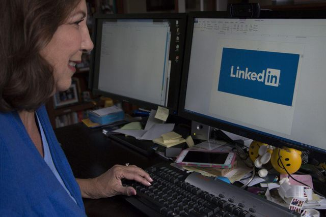 How To Write A LinkedIn Headline That Gets You Noticed featured image