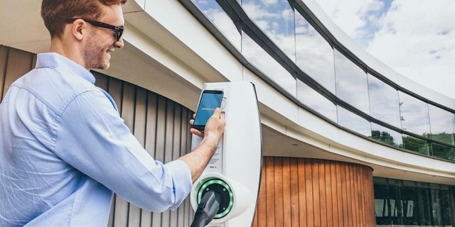 5 innovative ways charging your EV could be as easy as charging your phone featured image