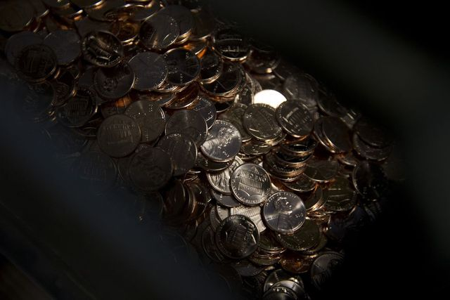 Walmart, Kroger Grapple With Coin Shortage, Urge Cards Instead featured image