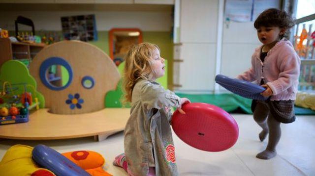 Moins de bruit à la crèche avec les enfants signeurs featured image