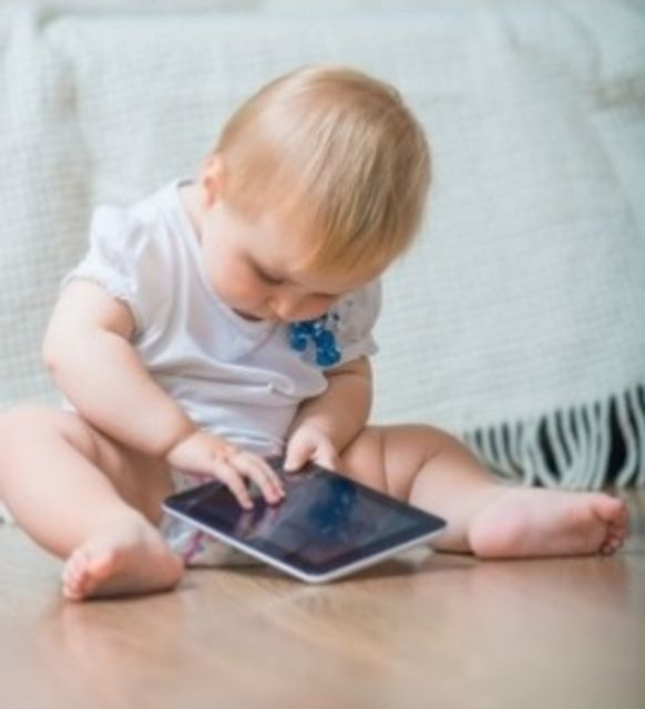 Temps d'écran : les bébés de 2 ans scrollent plus d'une heure par jour featured image