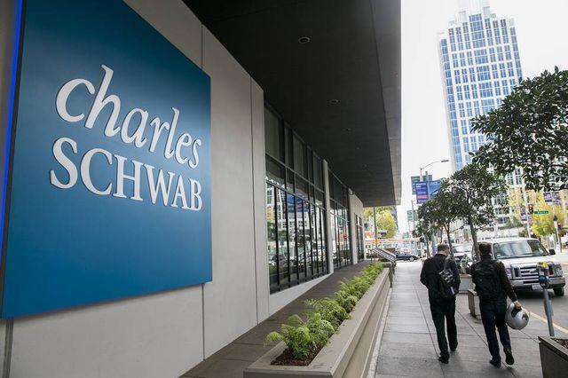 Schwab Announces New Robo-Hybrid Service featured image
