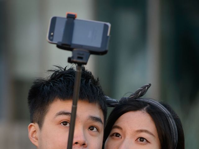 Selfies can negatively affect relationships, study finds featured image