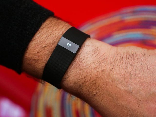 Fitbit continues to dominate Apple in wearables featured image