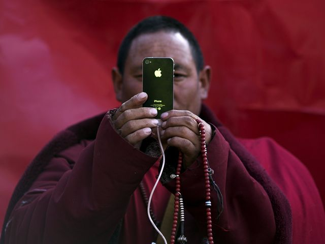 Smartphones Are Causing Visual Health Crisis featured image