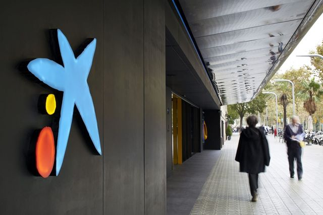 Spanish lenders CaixaBank and Bankia mull €17b merger featured image