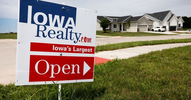 Why the housing market is slumping despite a booming economy featured image