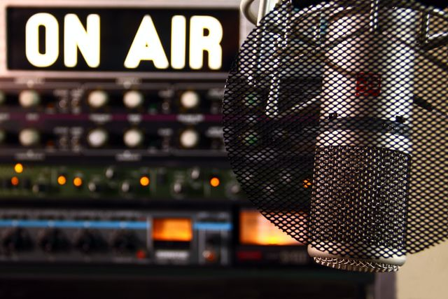 Government report says that new rules are needed to reflect new radio listening habits featured image