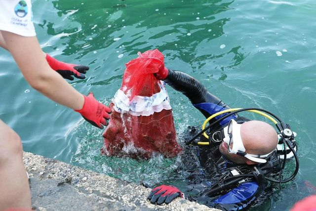 2.5 tons of waste removed from seabed featured image