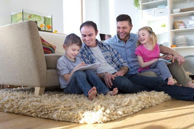 PARENTALITÉ: Les enfants de pères gays vont très bien, merci featured image