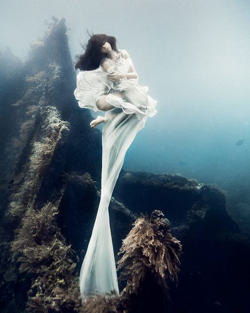 Breathtaking photos of models posing 25 meters underwater in the Bali waters featured image