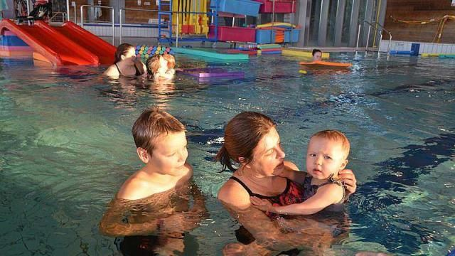 A Sablé, des bébés nagent avec leurs parents à la piscine featured image