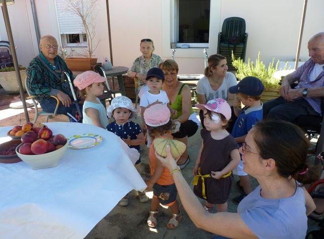 Rencontre entre enfants de la crèche et résidents du Vert Coteau featured image