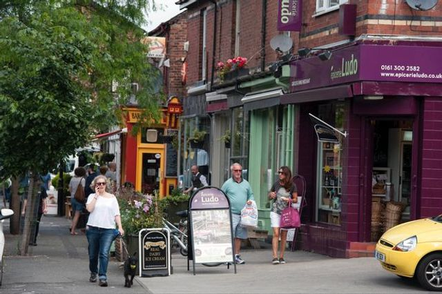 A Manchester street became the UK's first ever 'cashless' shopping area in one day experiment featured image