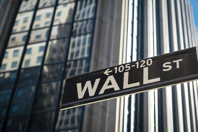 Institutional investors swap Bitcoin futures for physical BTC in Wall Street first featured image