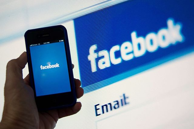 Facebook to let users send cash to friends featured image